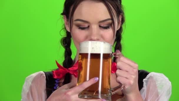 Mädchen trinkt Bier und sexy leckte. Green-Screen. Slow-motion