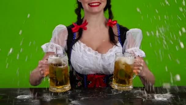 Mädchen in bayrischer Tracht schüttet Bier über. Green-Screen. Slow-motion
