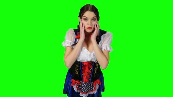 Bayerische Mädchen in einem Anzug zeigt Gefühl der Überraschung. Green-screen