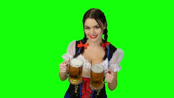 Dívka v bavorském kroji s pivem brýle v jejich rukou. Zelená obrazovka