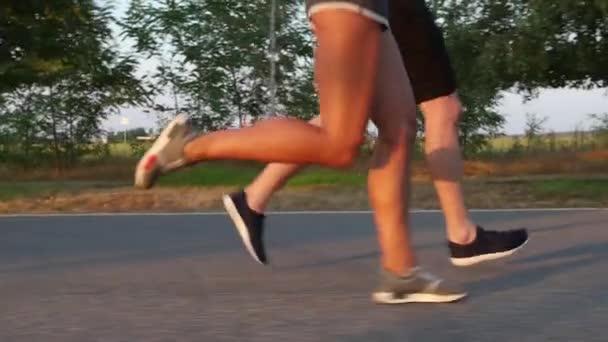 Dvojice sportovců školení v závodě. Zpomalený pohyb