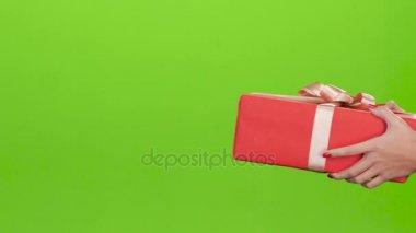Dárková krabice. Dívka dává muž červený box. Detailní záběr
