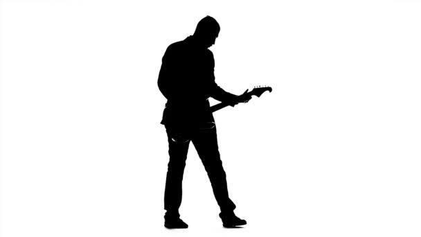 Silueta De Un Joven Tocando La Guitarra. Cámara Lenta