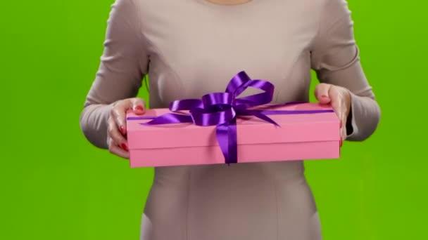 A lány kinyújtotta a doboz-val egy ajándék. Közelről