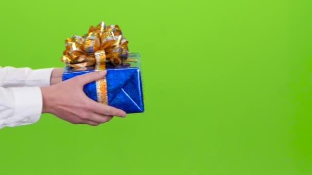 Dárek. Muž dává dívka lesklé blue box. Studio