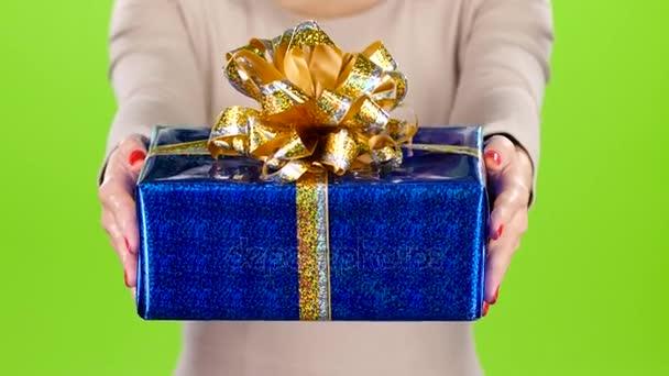 Nő ad ajándékba egy doboz. Kellemes meglepetés.