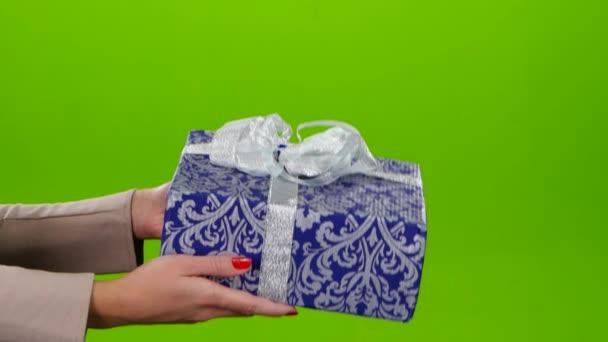Box s dárky s láskou zabalené v modrém papíře s ornamenty