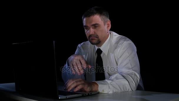 Administrativní pracovník s povýšený komunikovat s kolegy na webu