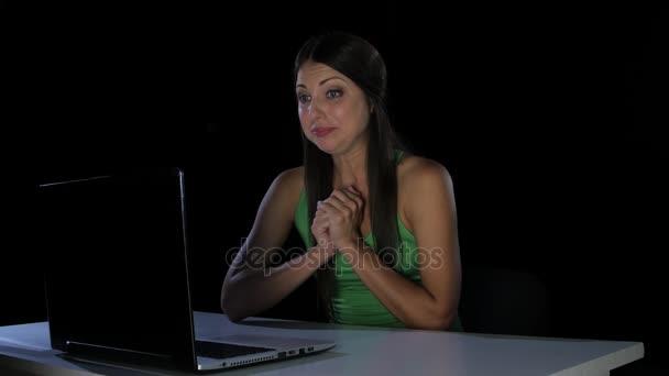 Žena smutek. Pláč před obrazovku u notebooku