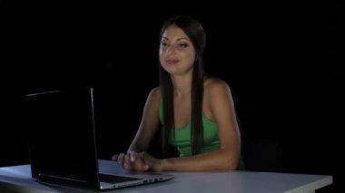 Dívka s povýšený vypadá na obrazovce přenosného počítače