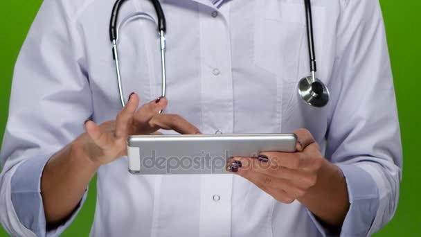 Ärztinnen arbeiten am Tablet-PC. Nahaufnahme