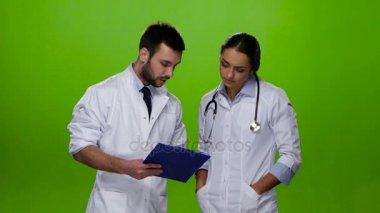 Doctor explains nurse what treatment the patient need