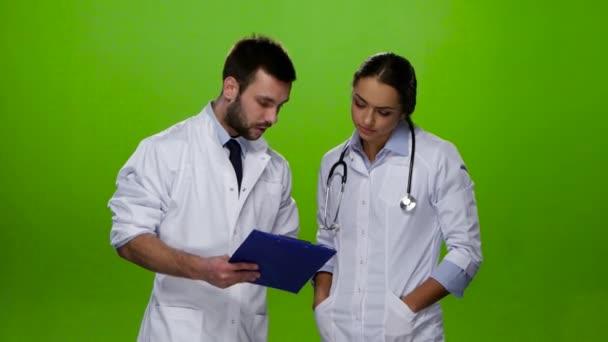 Medico spiega quale trattamento il paziente bisogno di infermiere