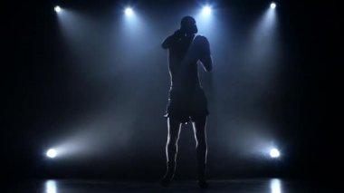 Sportovec trénuje Staňte se šampionem v boxu. Silueta Zpomalený pohyb