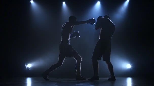 Két fiatal sportoló a boksz, a stúdióban. Lassú mozgás