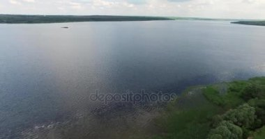 Pobřeží široká řeka s molem. Zeleně. Pohled shora