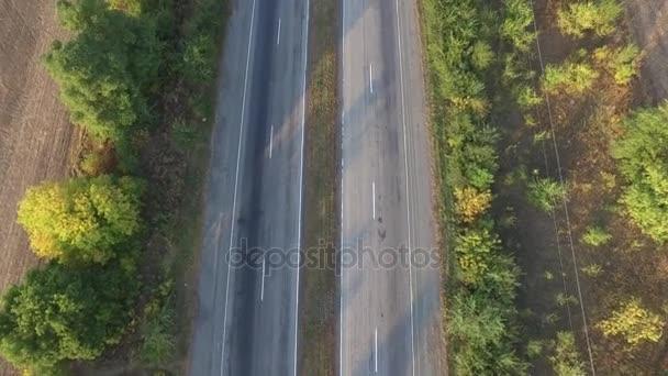 Letecký pohled na dálnici v obou směrech s pohyblivými auta