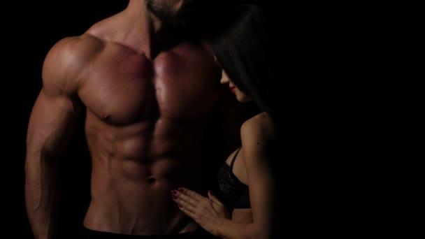 Sexy žena předehra s macho muž abs