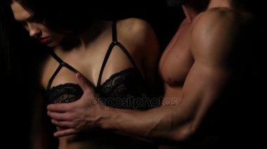 Muž se dotkl poprsí žena v podprsenka