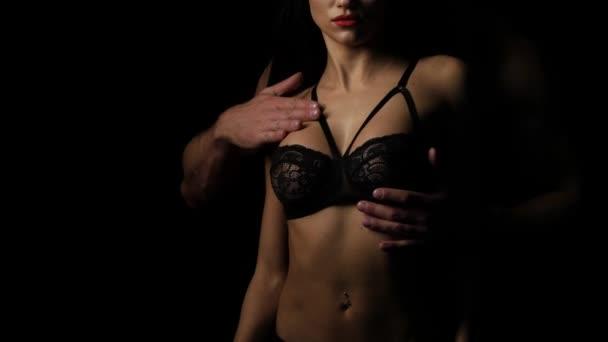 Ember megérintette a nő mell a melltartó