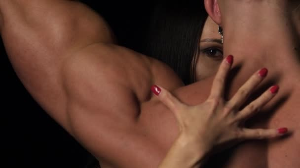 Sex - Frauenhände, die ihre Nägel in den Rücken ihrer muskulösen Partner stechen