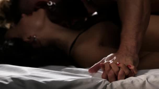 sexy junges Paar küssen und spielen im Bett