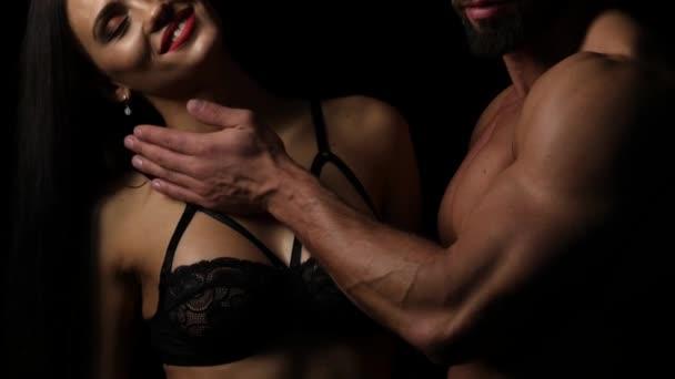Mann berührte Büste einer Frau im Büstenhalter