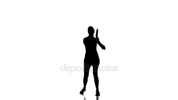 Žena tenista hrát tenis a skákání. Bílé pozadí. silueta
