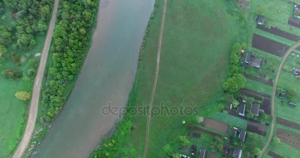 Střelba letecký pohled na řeku, lesní a malé vesnice