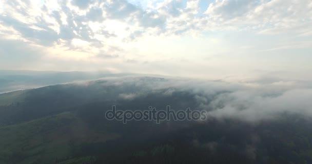 Inspirující krásy přírody. Hory a nebe v letecký pohled