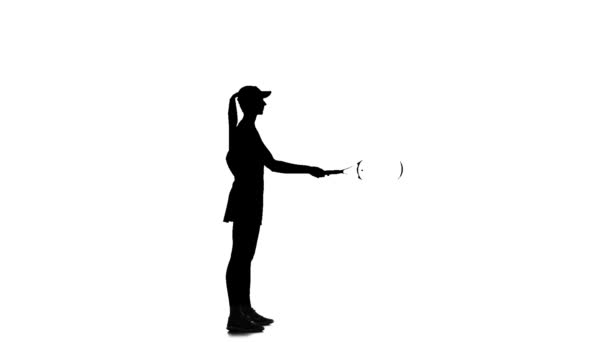 Tenista vyvolá raketa a chytí ji. Bílé pozadí