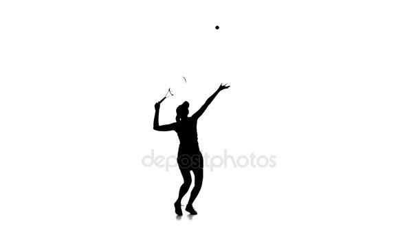 Tenisový hráč hází míč a rozbije jej. Silueta. Zpomalený pohyb