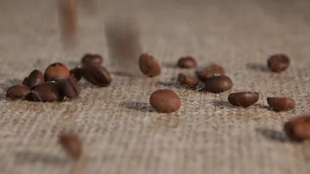 A kijelölt gabona illatos kávé barna zsákvászon esik hazudik. Közeli kép: