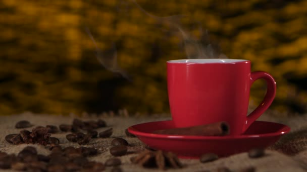 Kávu se skořicí a fazole roztroušených na stole. Rozmazané pozadí