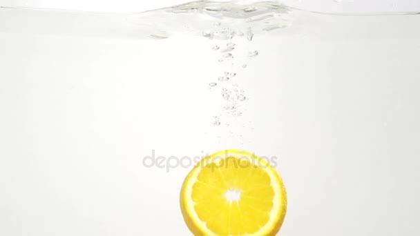 Části citronové a vody splash, in vzepjatý