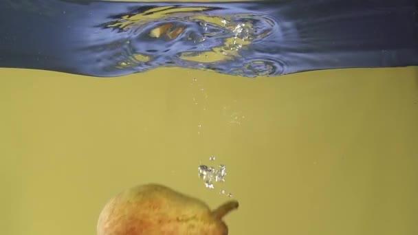 hruška do vody v slowmotion