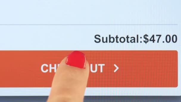 Finger klepne na tlačítko checkout na obrazovce