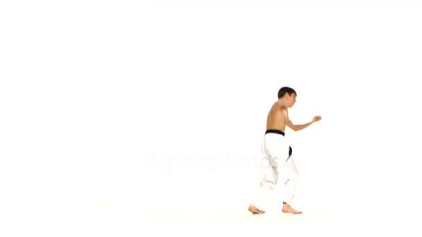 Karate nebo taekwondo člověk dělá několik směrování kolem vás