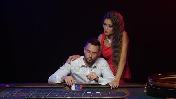 Dívka se zastaví muž z nesprávné sazby. Kasino ruleta