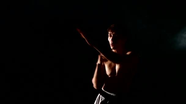 kung-fu és a karate férfi gyakorló harcművészetek, mint szürke. füst
