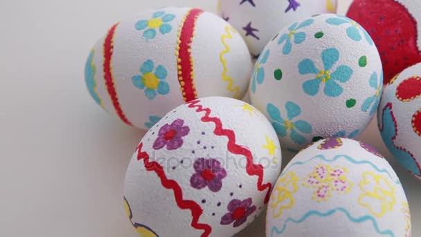 barevné velikonoční vajíčka izolovaných na bílém pozadí