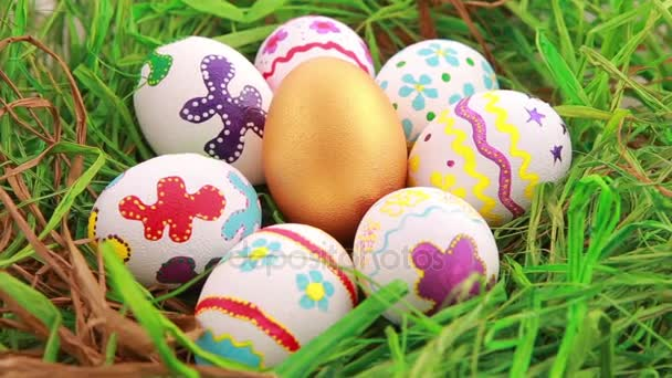 Barevná velikonoční vajíčka na trávě