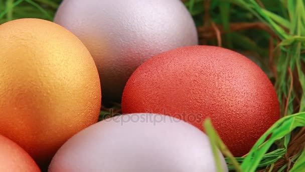 Zlatá vejce Velikonoce na trávě