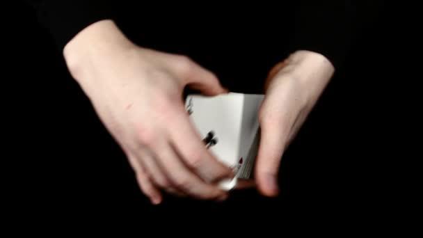 Spielkarten als Shuffle, auf eine schwarze Fläche von Magier