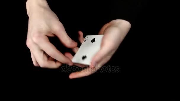 Spielkarten werden ändern, auf eine schwarze Fläche von Zauberer