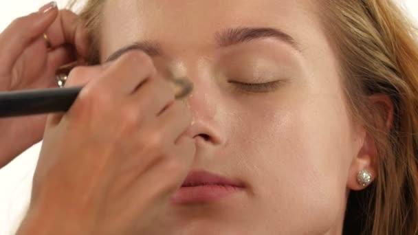 Kosmetika. Zblizka, plochu modelu a krásná žena s nadací kůže