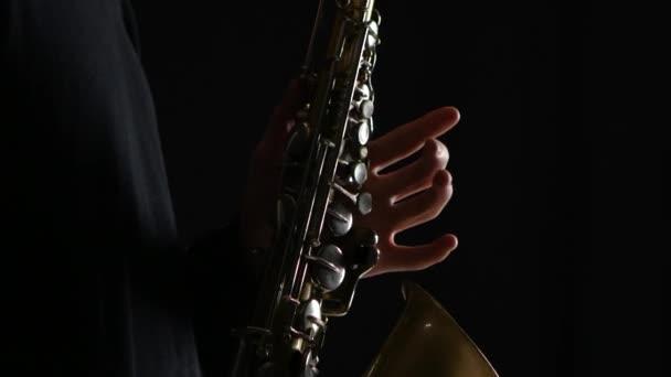 Mans ujjak gyönyörű szaxofon játszik blues dallam. Vértes