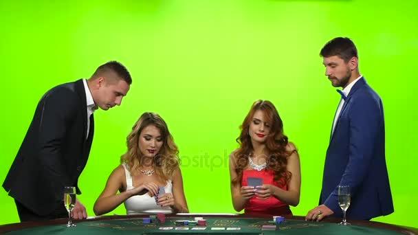 Dvě krásné ženy hrají u pokerového stolu. Zpomalený pohyb