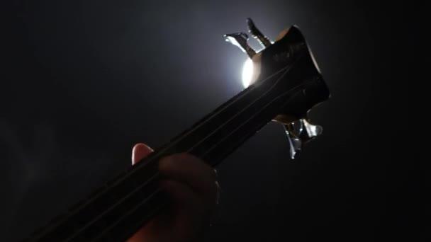 Hudebník hraje na struny nástroje. Krku elektrická kytara