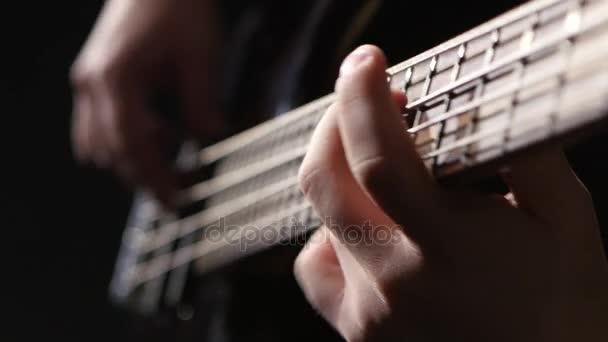 Blízký záběr struny na kytaru